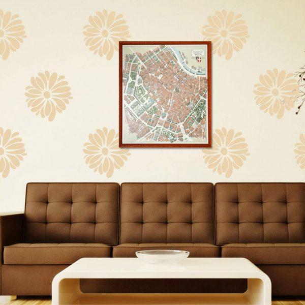 Gerahmter Wienplan über einer Couch